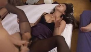 Incredible Asian gal stretches her..